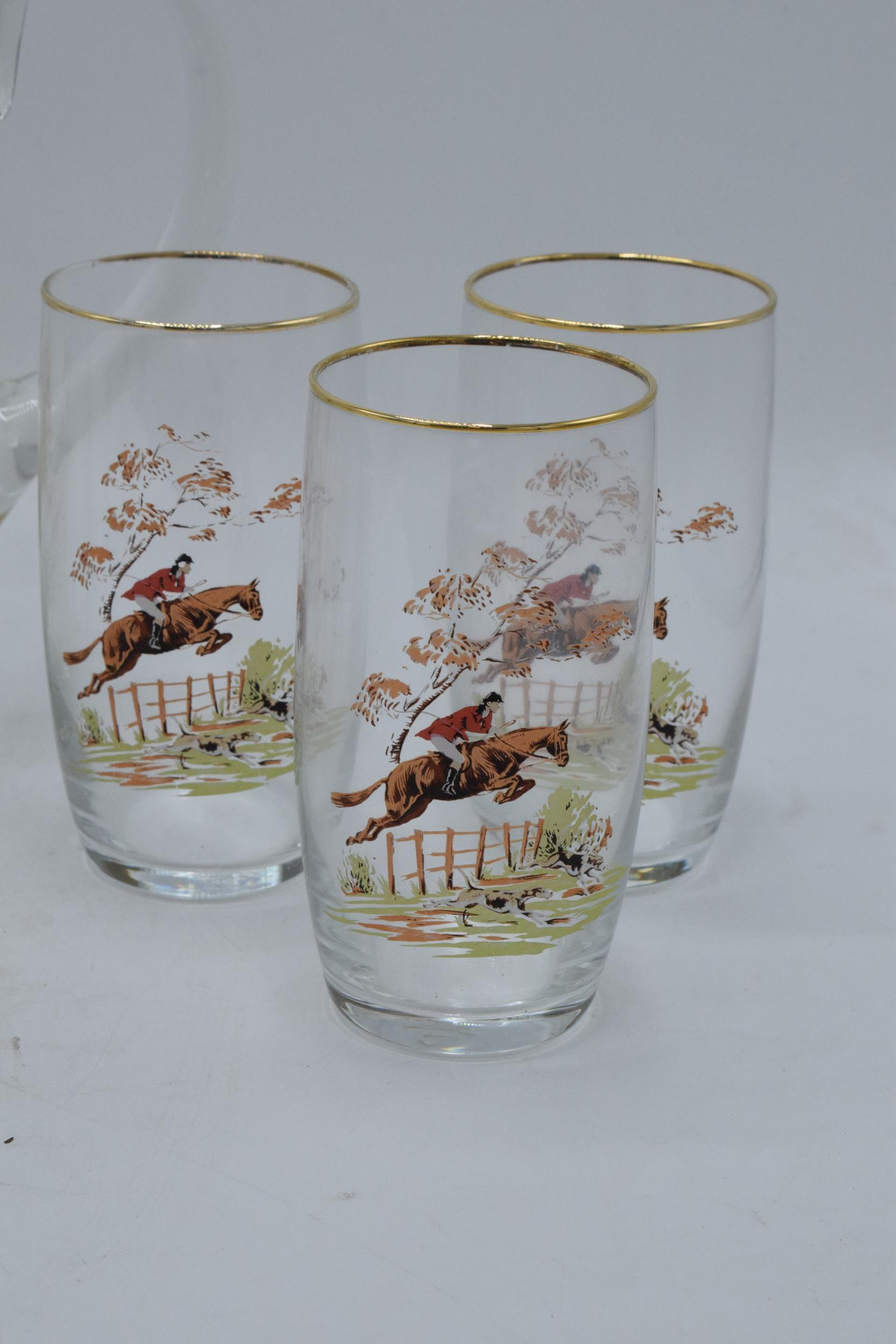 A glass water jug together with 6 glasses depicting traditional hunting scenes (7). In good - Image 4 of 5
