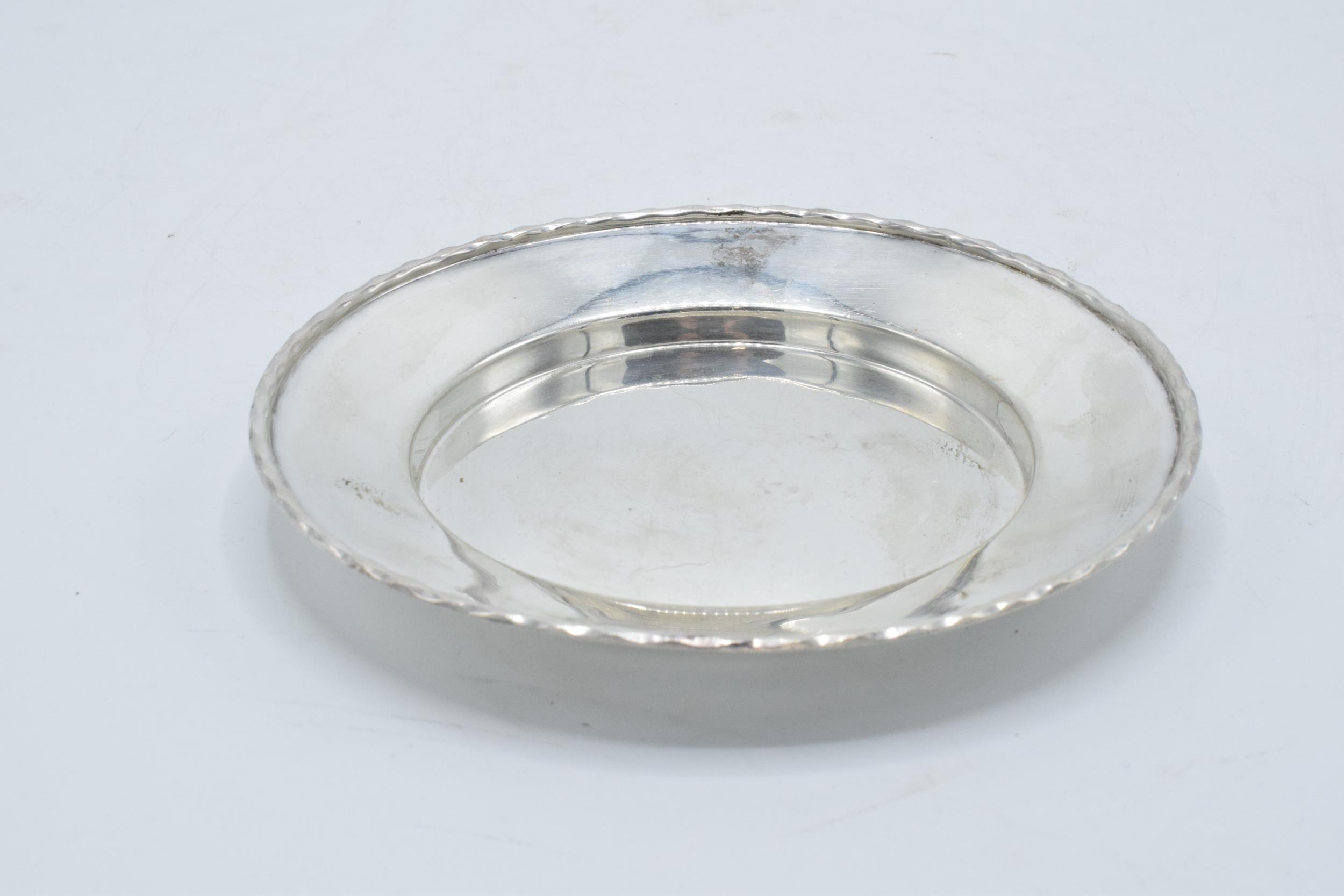 A silver circular tray / plate. 13.5cm diameter. 93.1 grams. Sheffield 1910. Henry Pidduck and Sons. - Image 2 of 6
