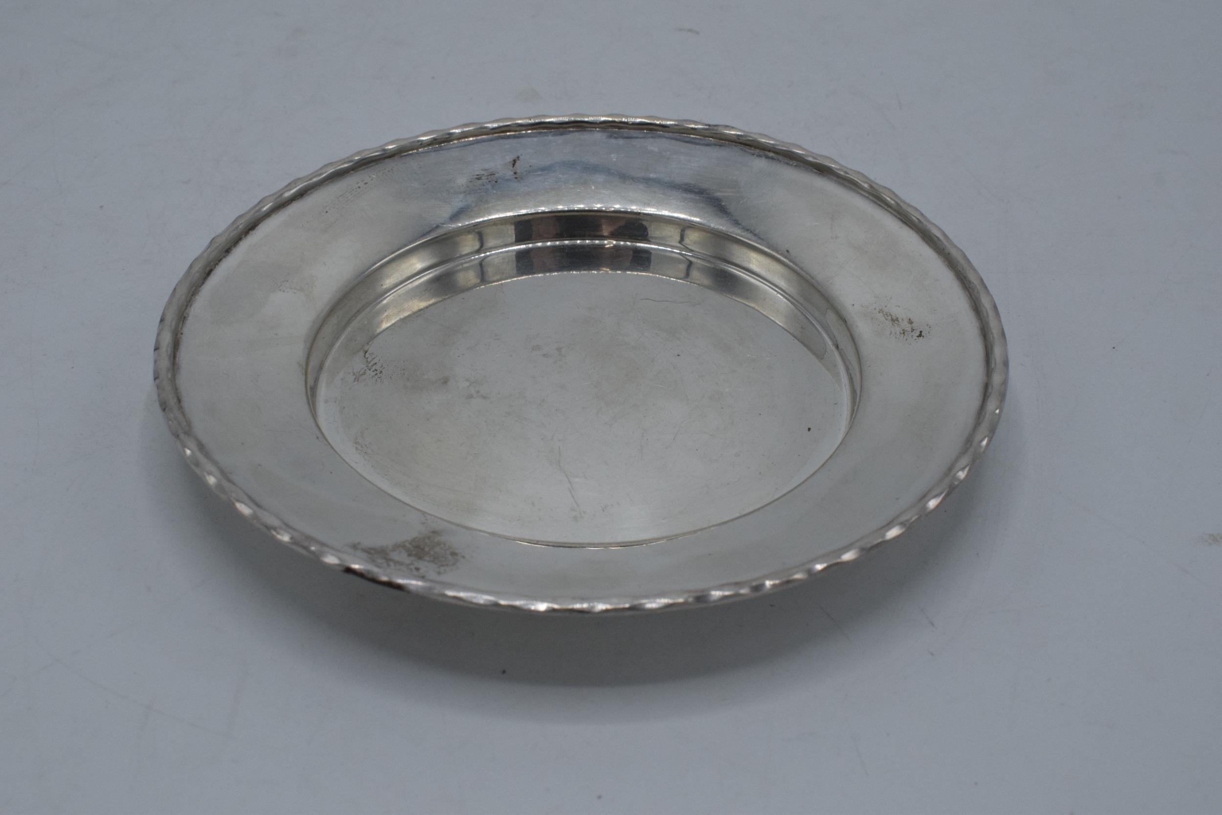 A silver circular tray / plate. 13.5cm diameter. 93.1 grams. Sheffield 1910. Henry Pidduck and Sons. - Image 4 of 6