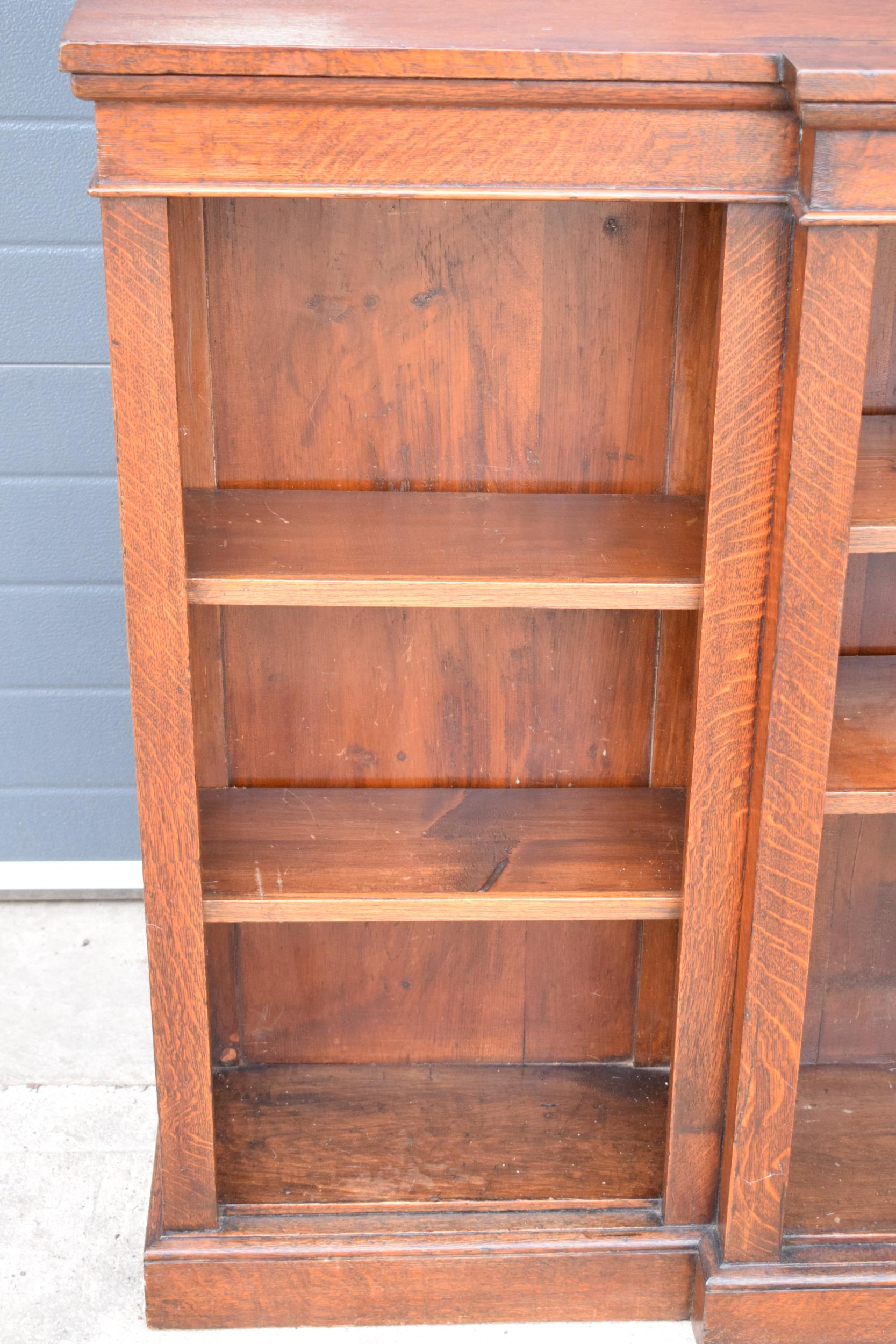 Edwardian breakfront bookcase with 3 sections and 6 adjustable shelves. 182 x 30 x 112cm. In good - Image 4 of 7