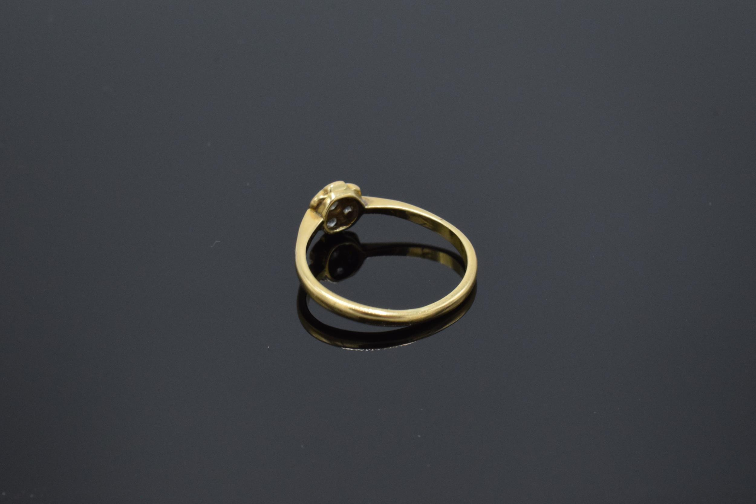 18ct gold daisy ring set with diamonds. UK size O. 2.1 grams. In good condition. - Image 2 of 3