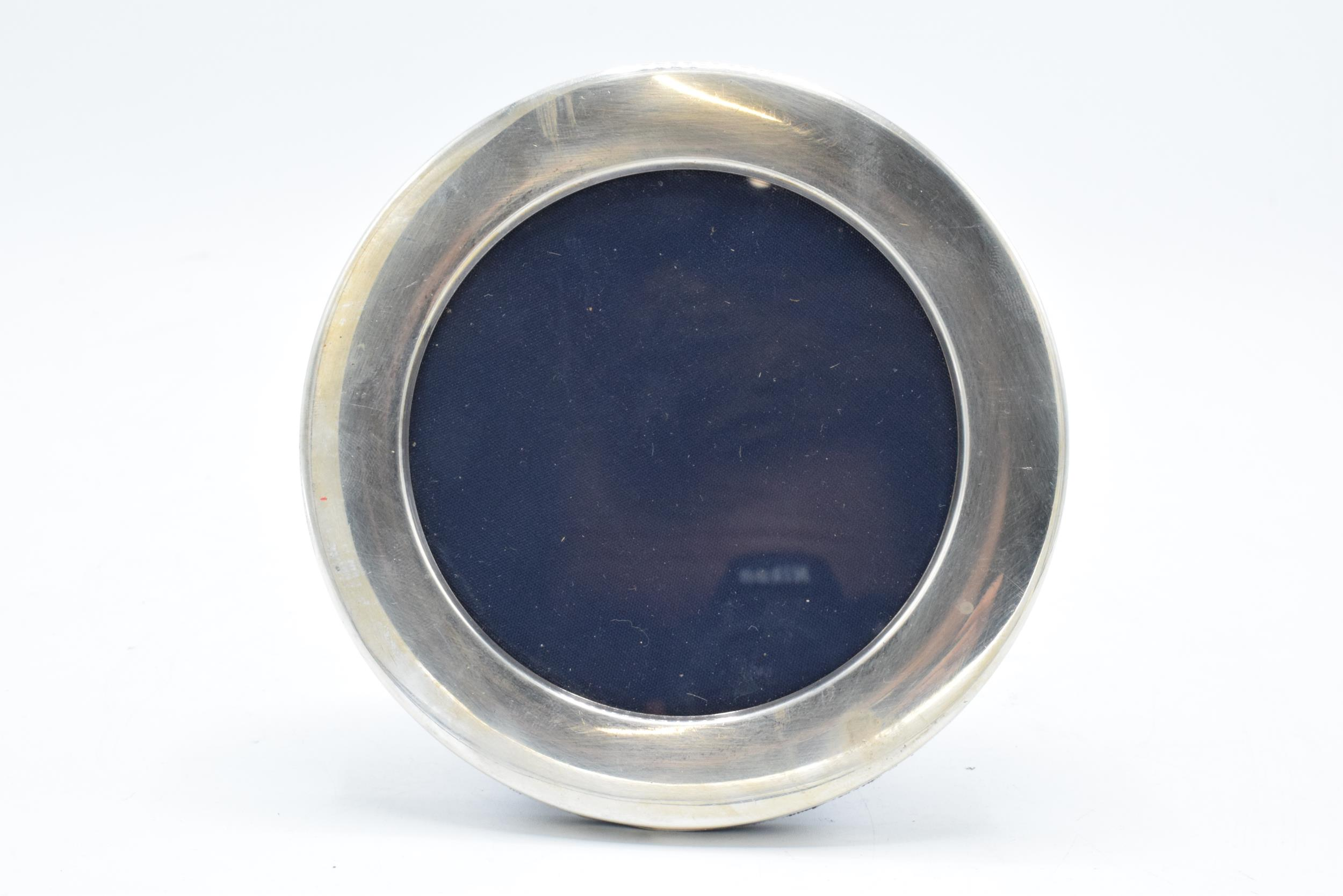 A silver circular photo frame (potentially Sheffield 1996). In good condition with no obvious damage
