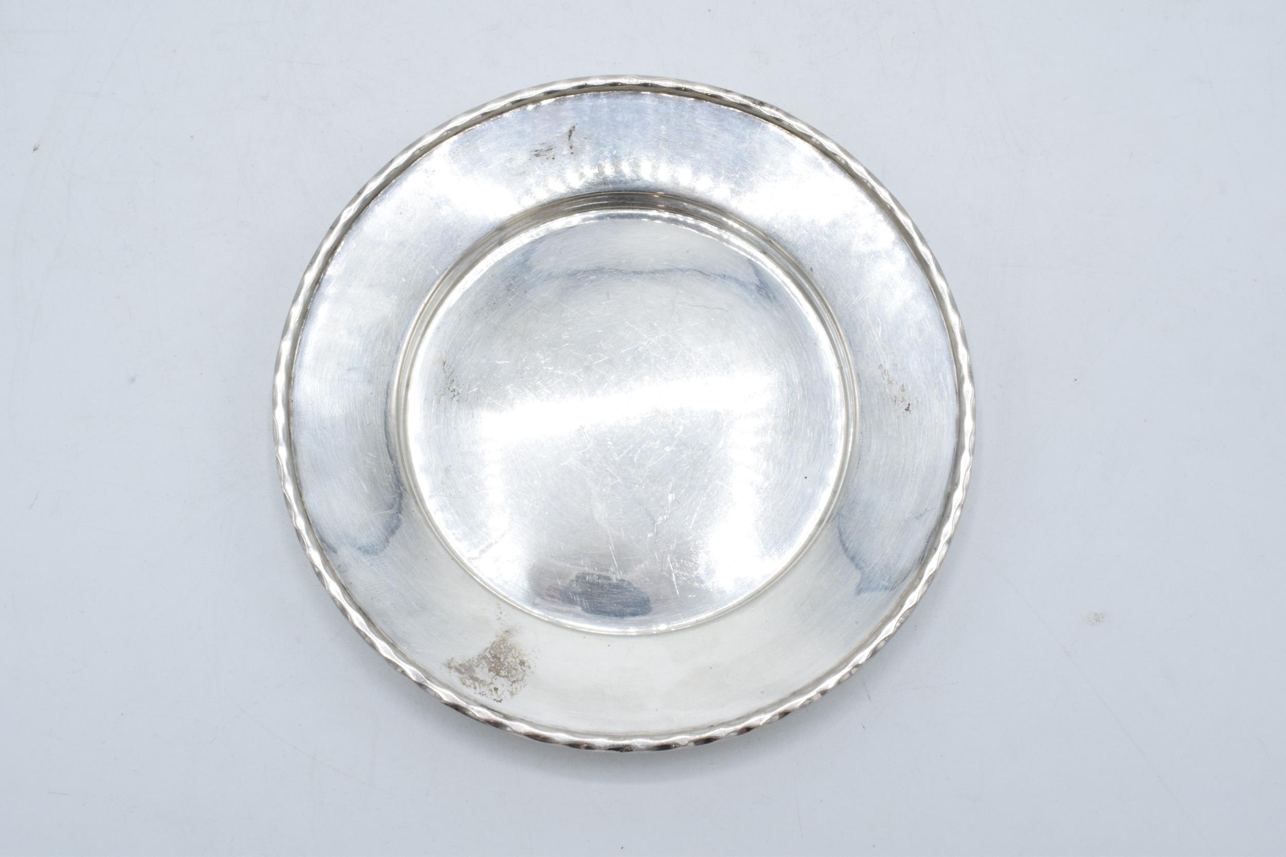 A silver circular tray / plate. 13.5cm diameter. 93.1 grams. Sheffield 1910. Henry Pidduck and Sons. - Image 3 of 6