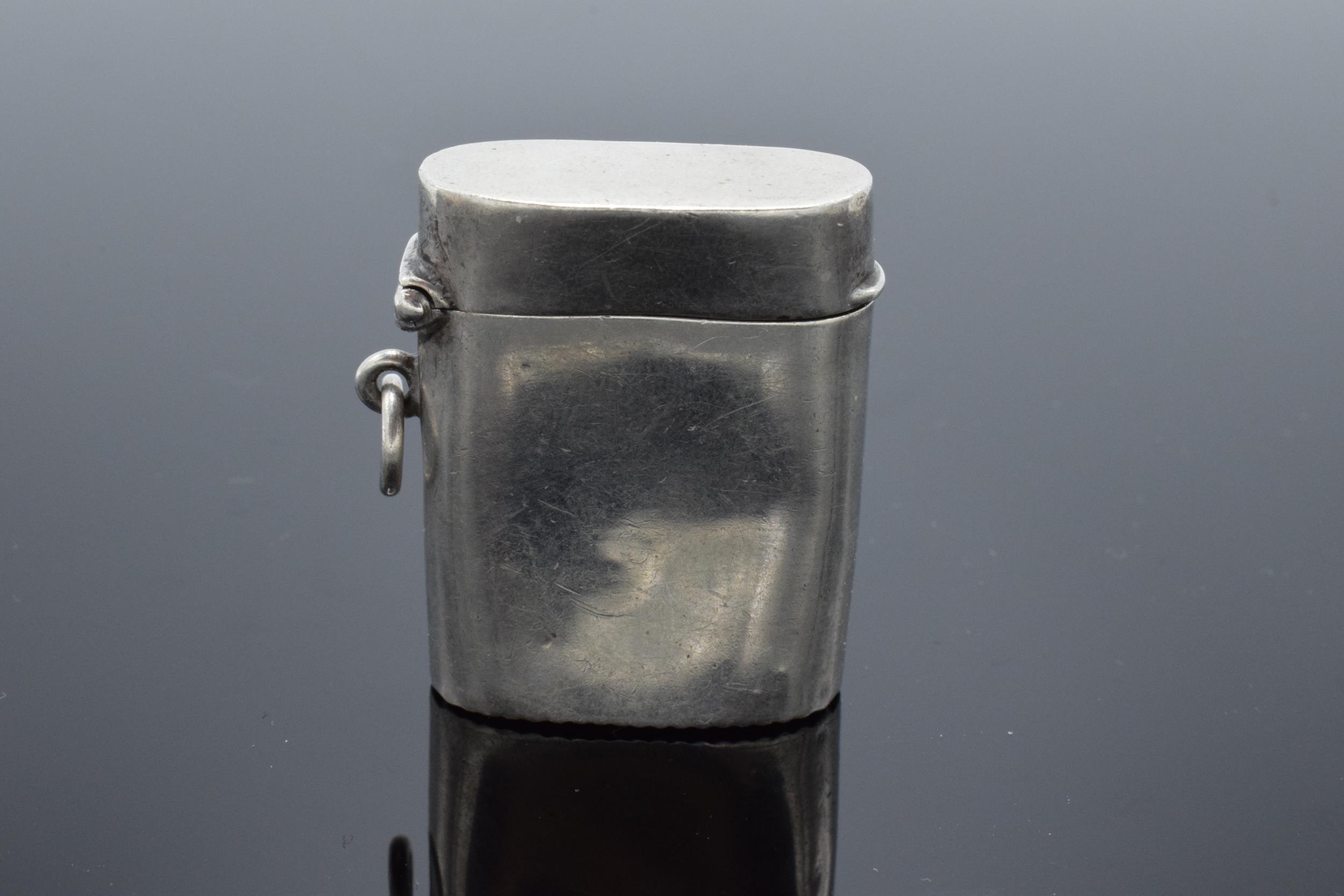 An American sterling silver vesta case. 21.4 grams.