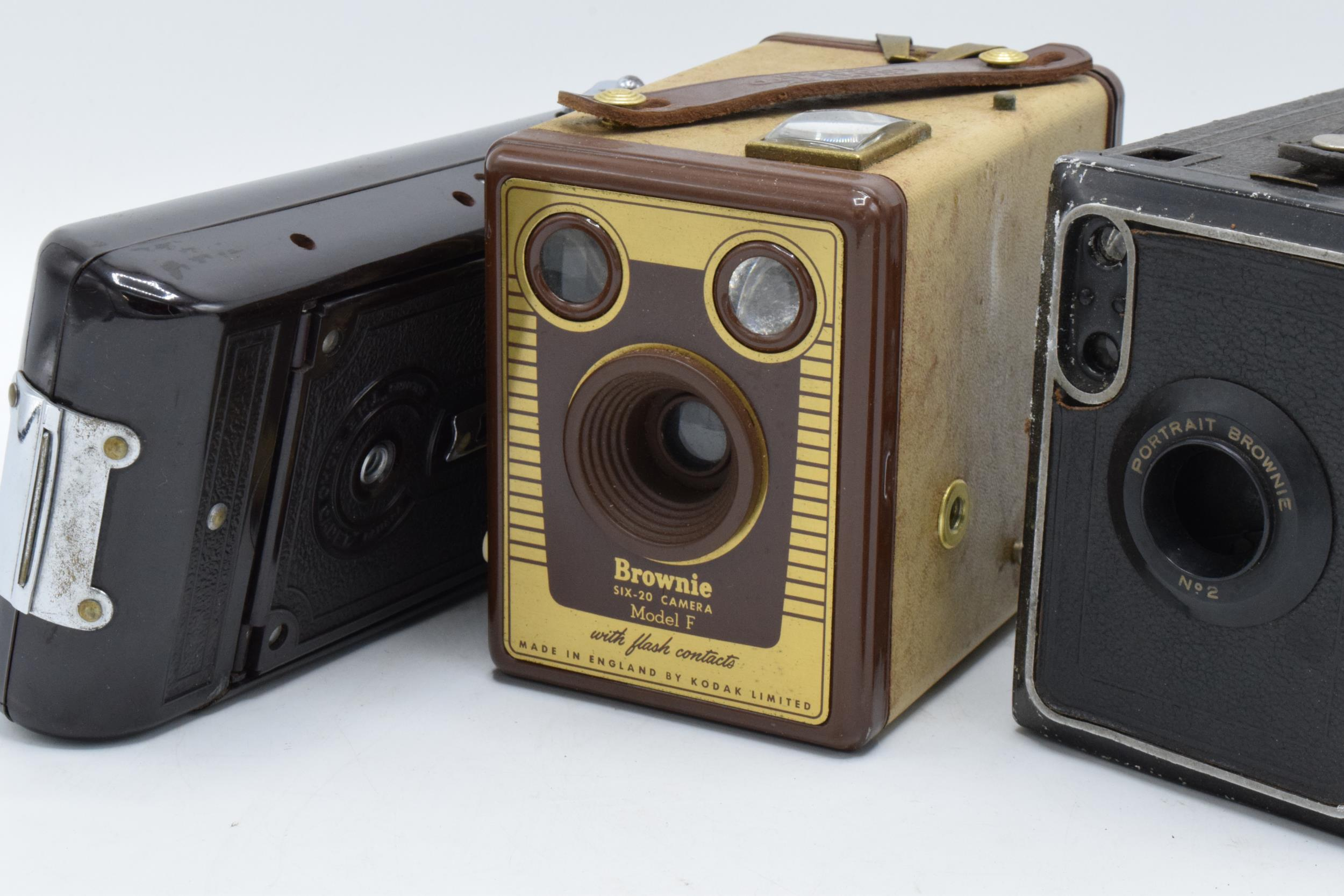 A collection of vintage cameras in carry cases to include a Brownie Six-20 Model F, Kodak Brownie - Image 6 of 8