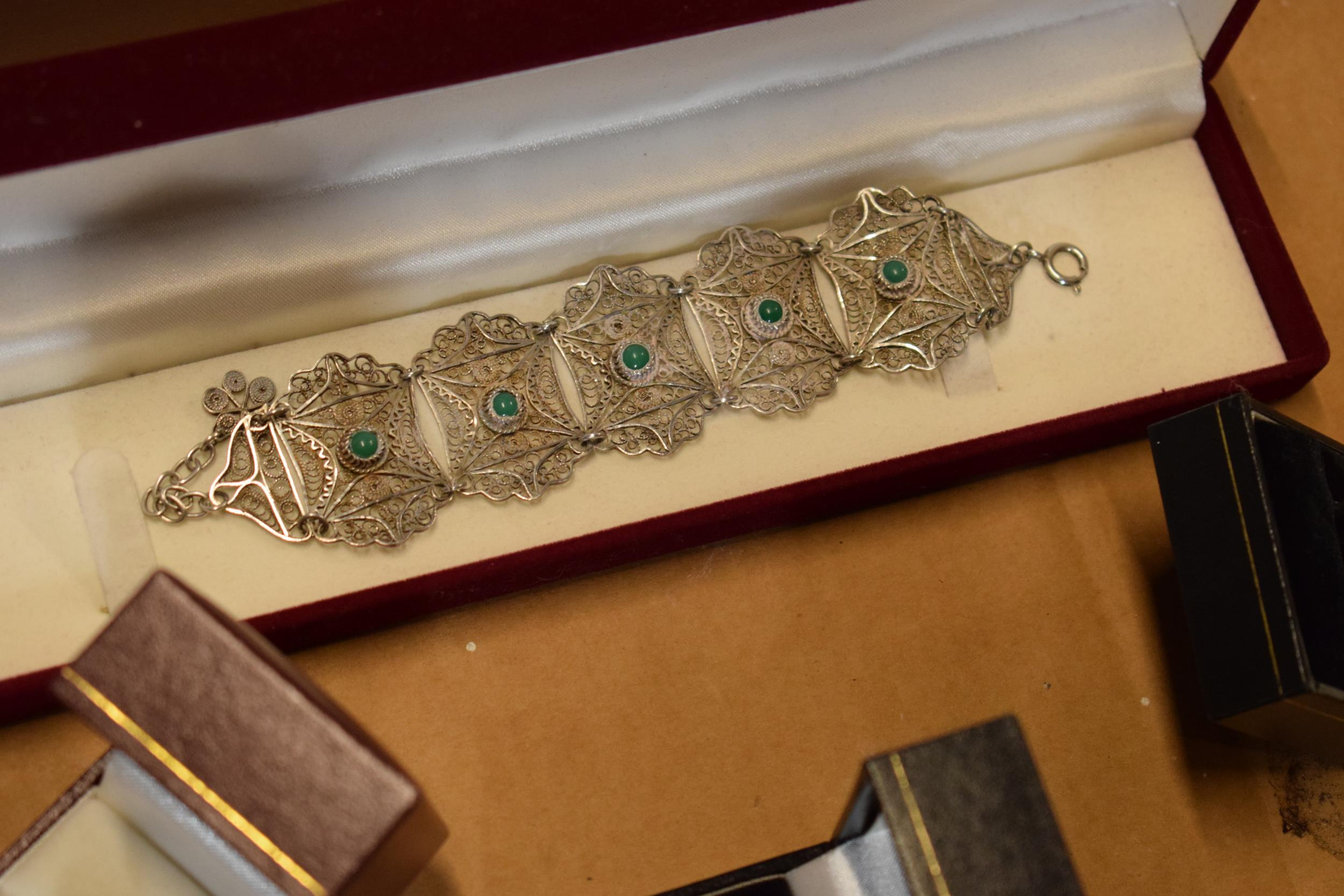 A collection of jewellery to include a silver coloured INRI crucifix (38.9 grams), silver 925 - Image 9 of 9