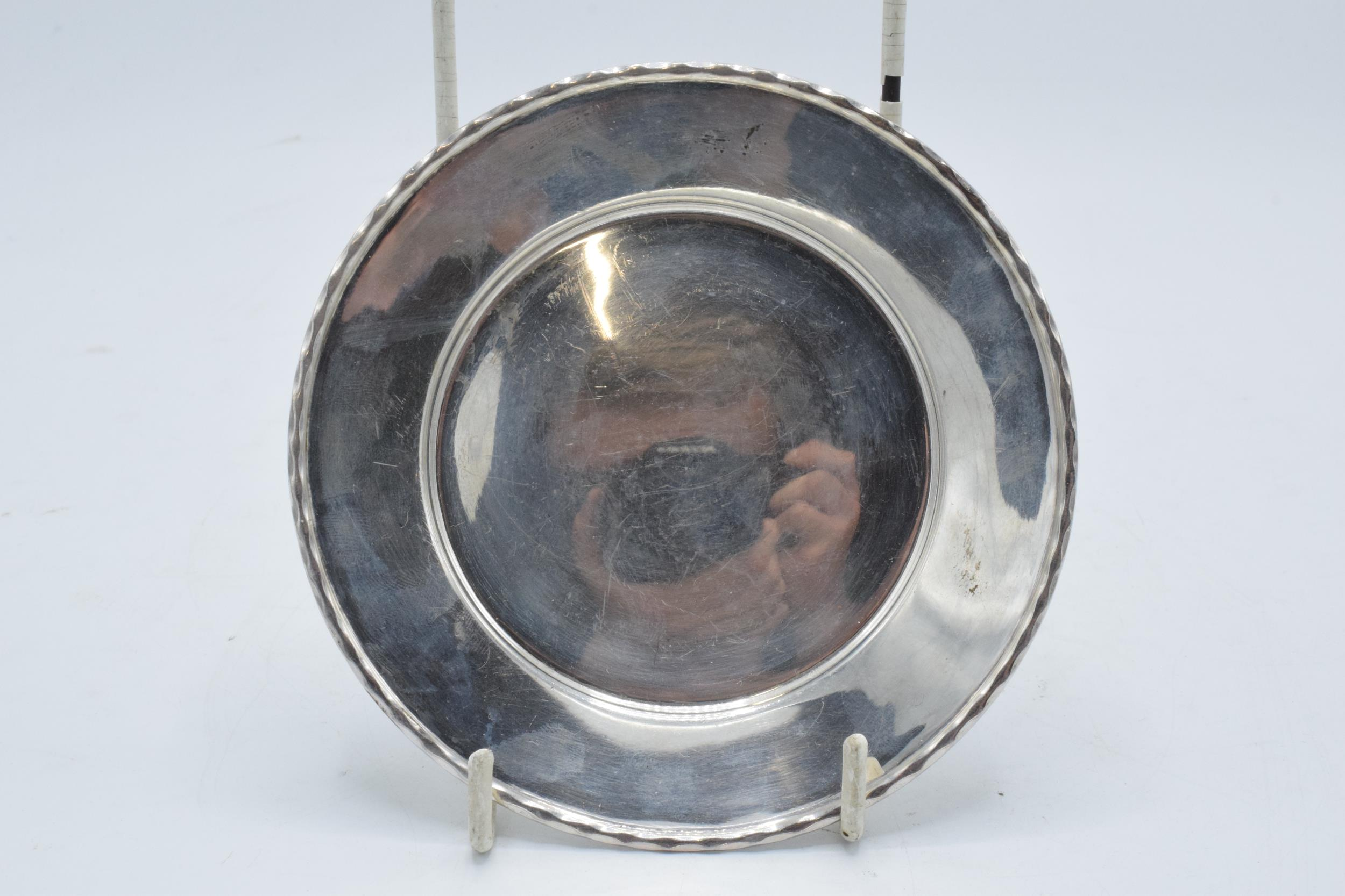 A silver circular tray / plate. 13.5cm diameter. 93.1 grams. Sheffield 1910. Henry Pidduck and Sons.