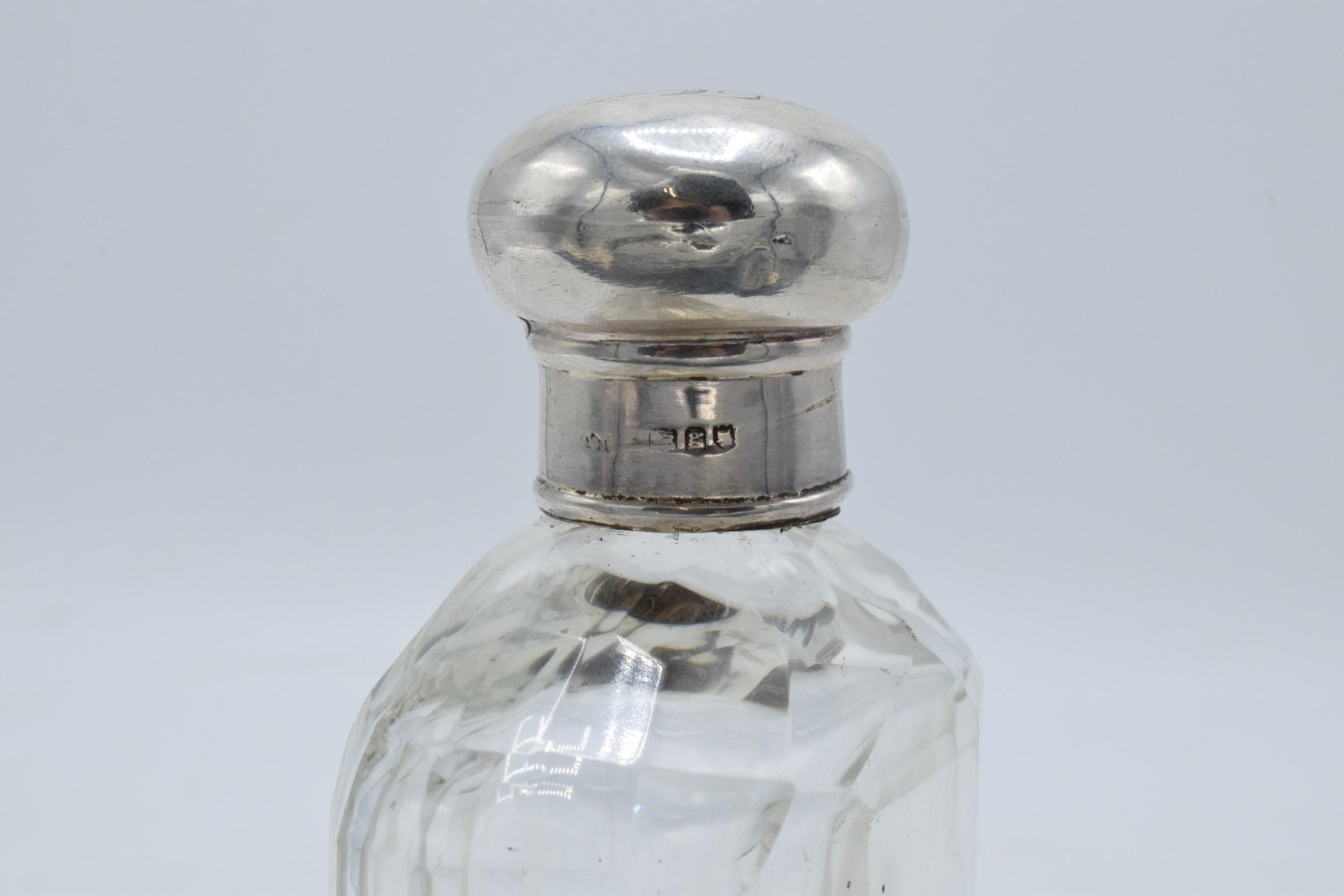 An Edwardian silver and glass hipflask with screw top lid. Hallmarked for London 1902. Hallmarks - Image 3 of 5