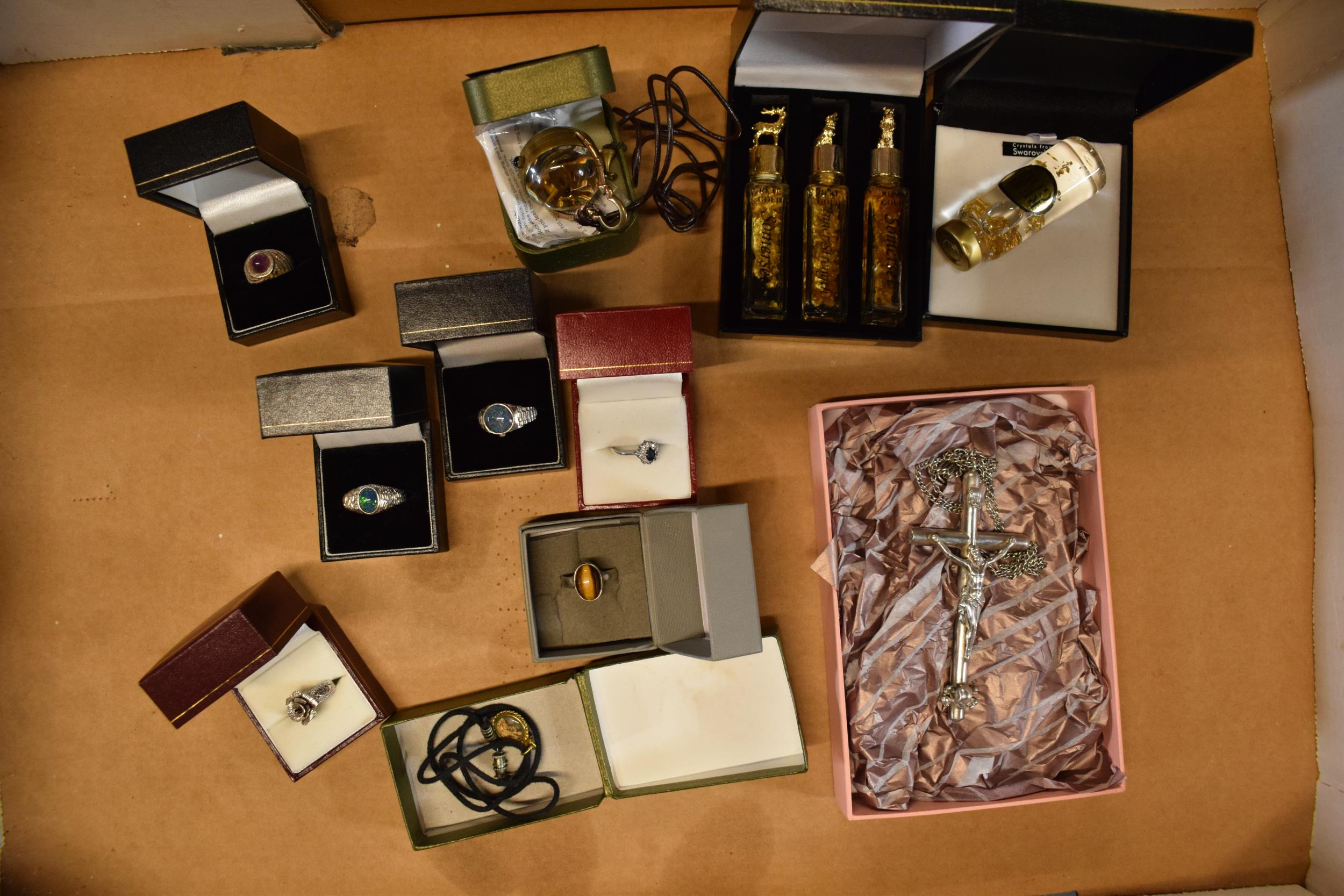 A collection of jewellery to include a silver coloured INRI crucifix (38.9 grams), silver 925 - Image 2 of 9