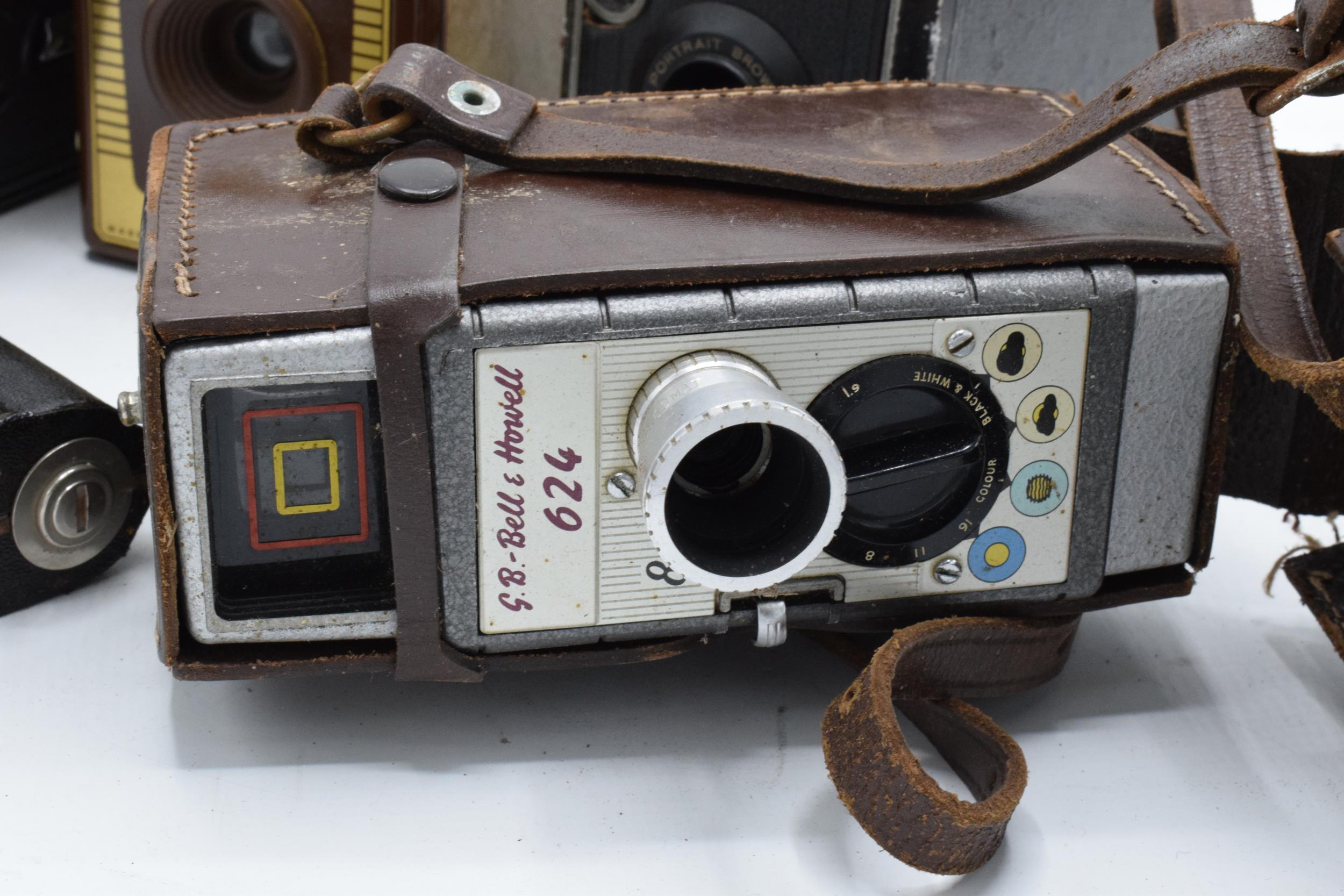 A collection of vintage cameras in carry cases to include a Brownie Six-20 Model F, Kodak Brownie - Image 2 of 8