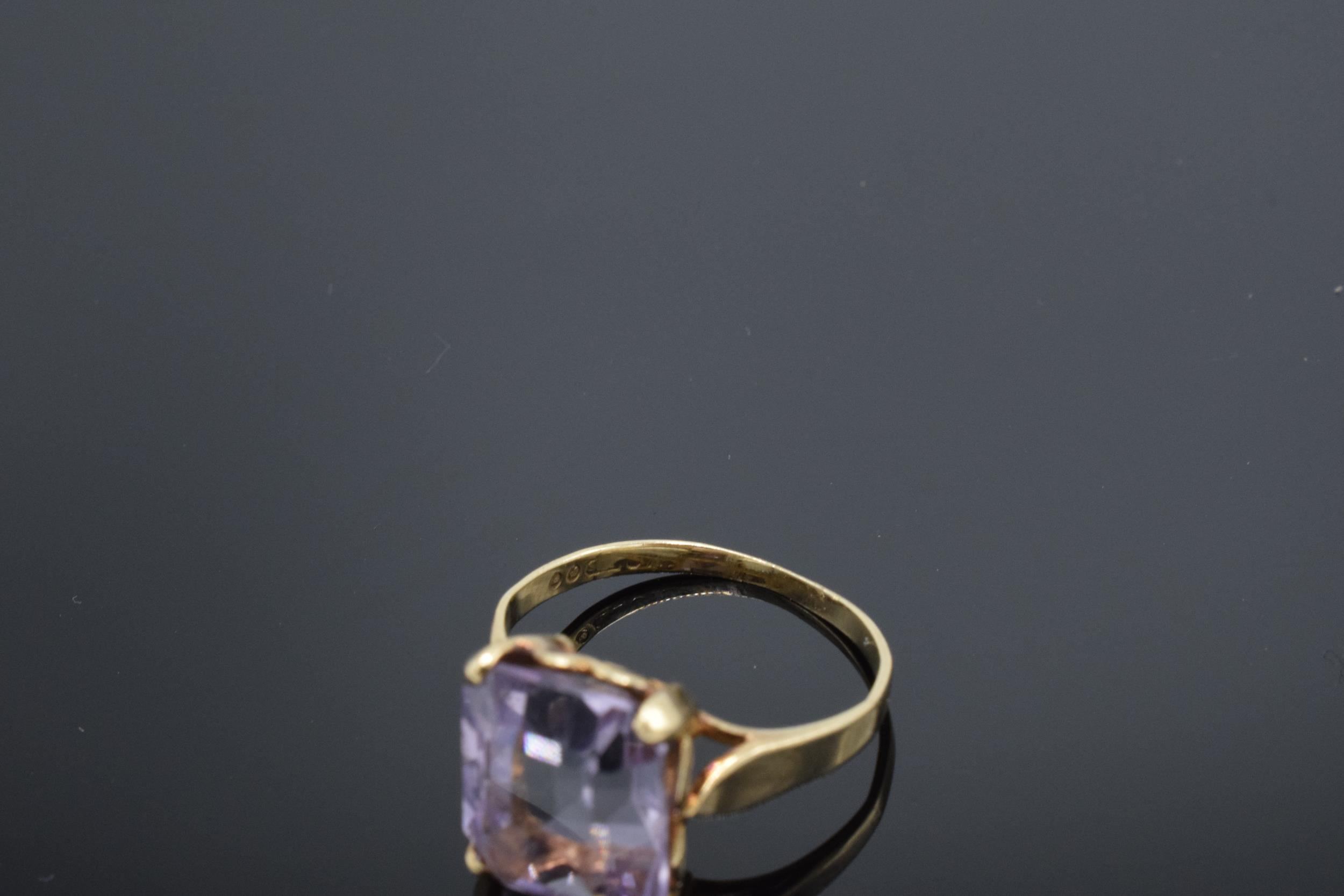 9ct gold ladies ring set with a large amethyst stone. 3.1 grams. UK size O/P. Hallmarks slightly - Image 4 of 4