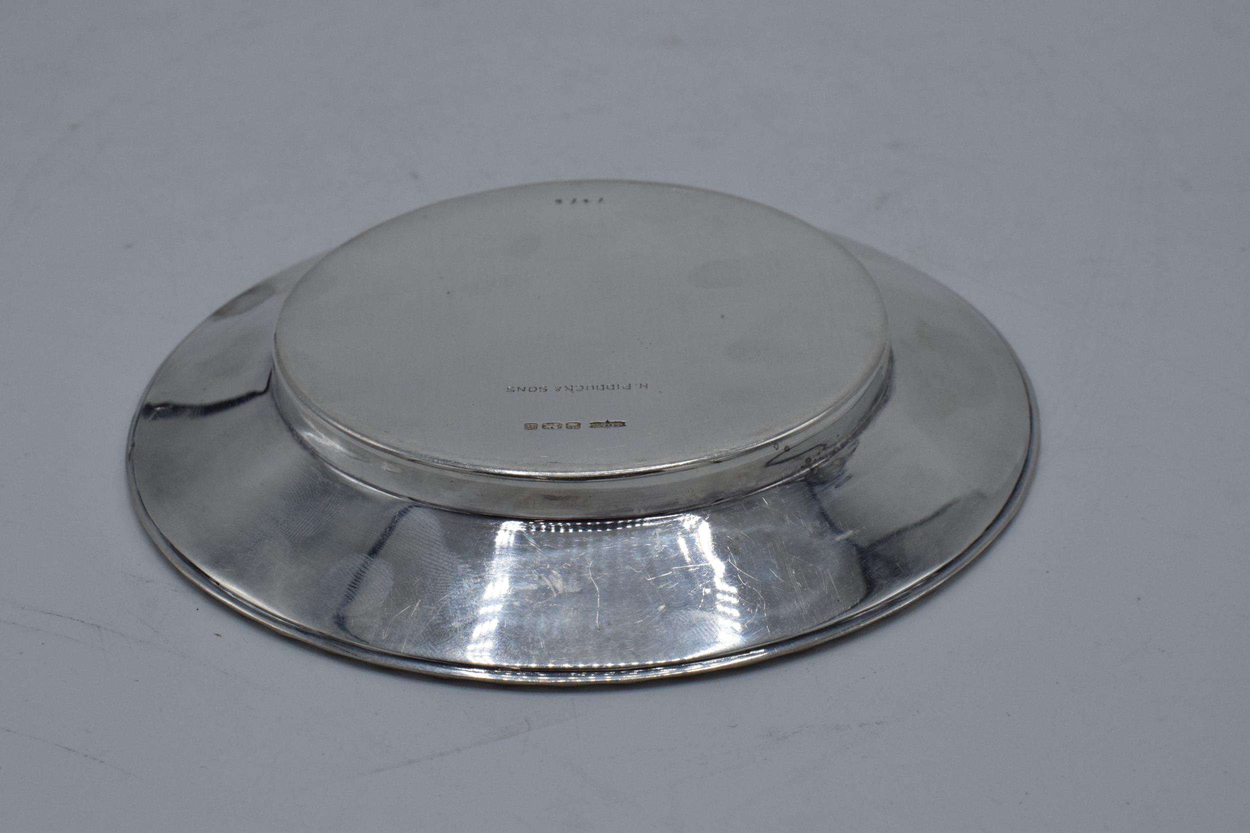 A silver circular tray / plate. 13.5cm diameter. 93.1 grams. Sheffield 1910. Henry Pidduck and Sons. - Image 5 of 6