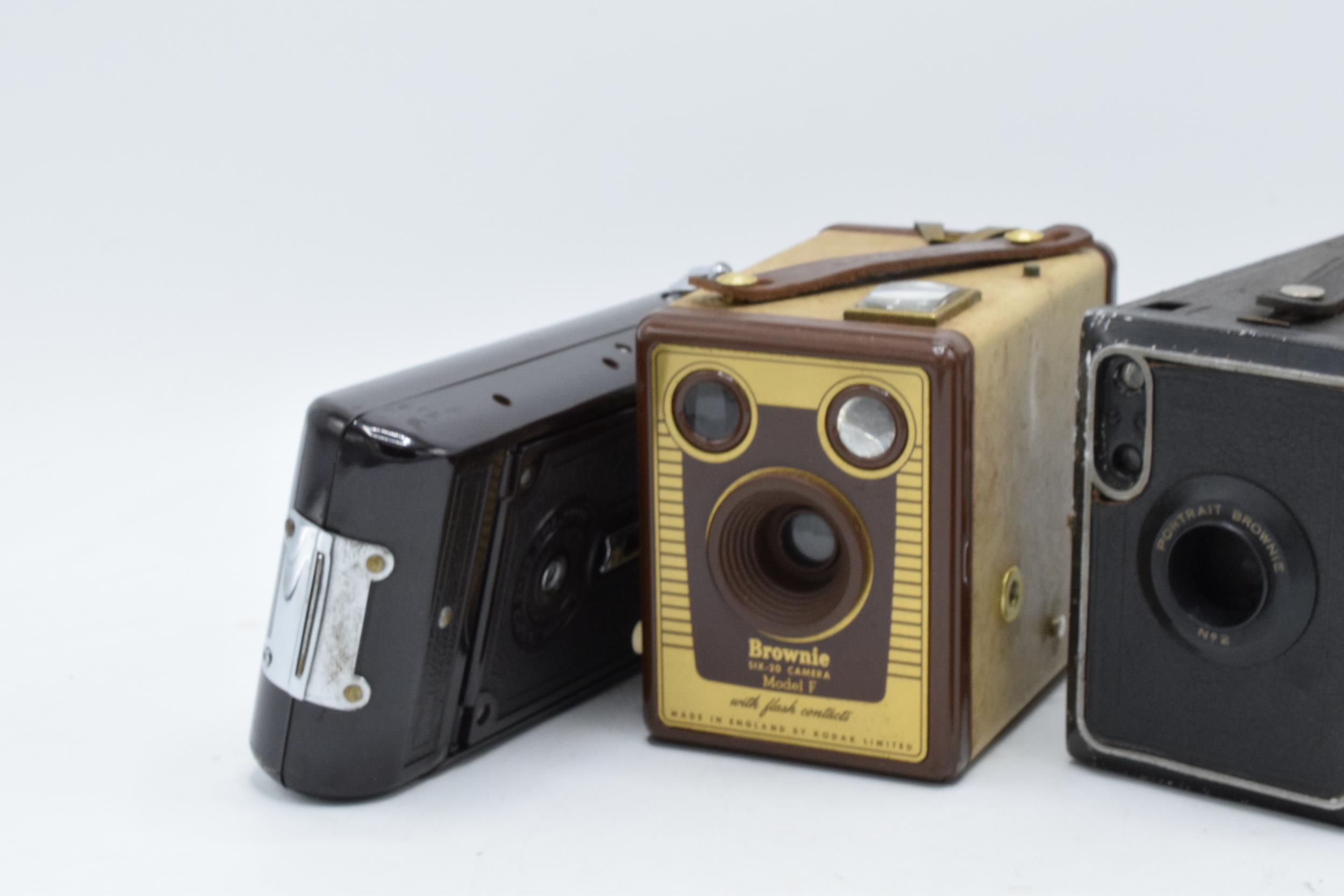 A collection of vintage cameras in carry cases to include a Brownie Six-20 Model F, Kodak Brownie - Image 7 of 8