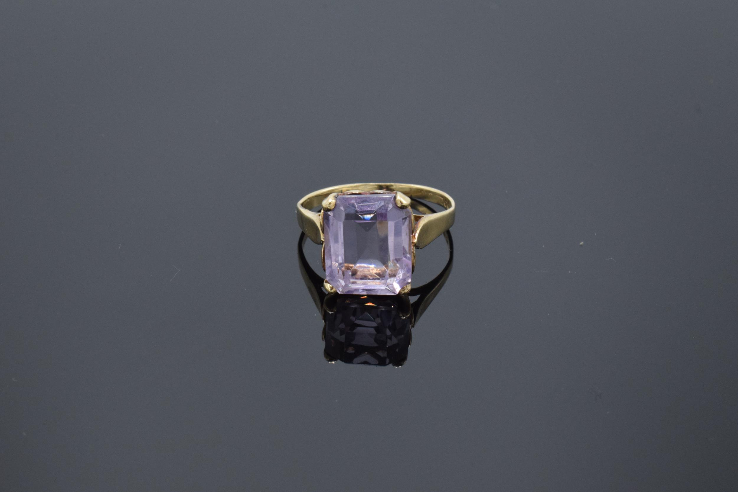 9ct gold ladies ring set with a large amethyst stone. 3.1 grams. UK size O/P. Hallmarks slightly - Image 2 of 4