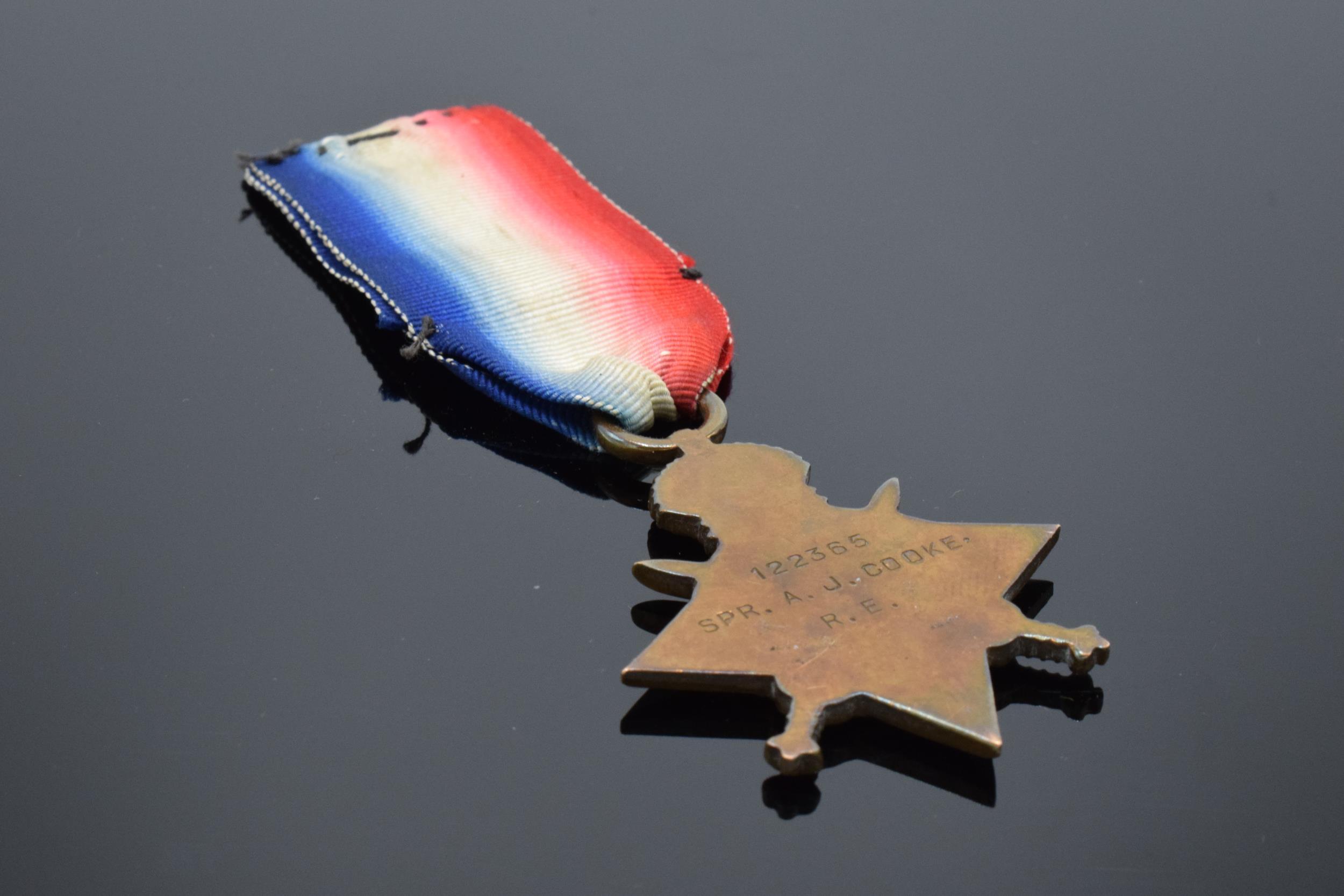1914-1915 George V star medal on ribbon. '122365 SPR. A.J.Cooke R.E.' - Image 3 of 4