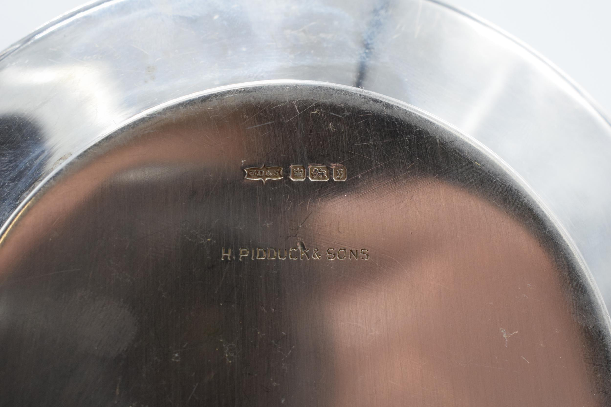 A silver circular tray / plate. 13.5cm diameter. 93.1 grams. Sheffield 1910. Henry Pidduck and Sons. - Image 6 of 6