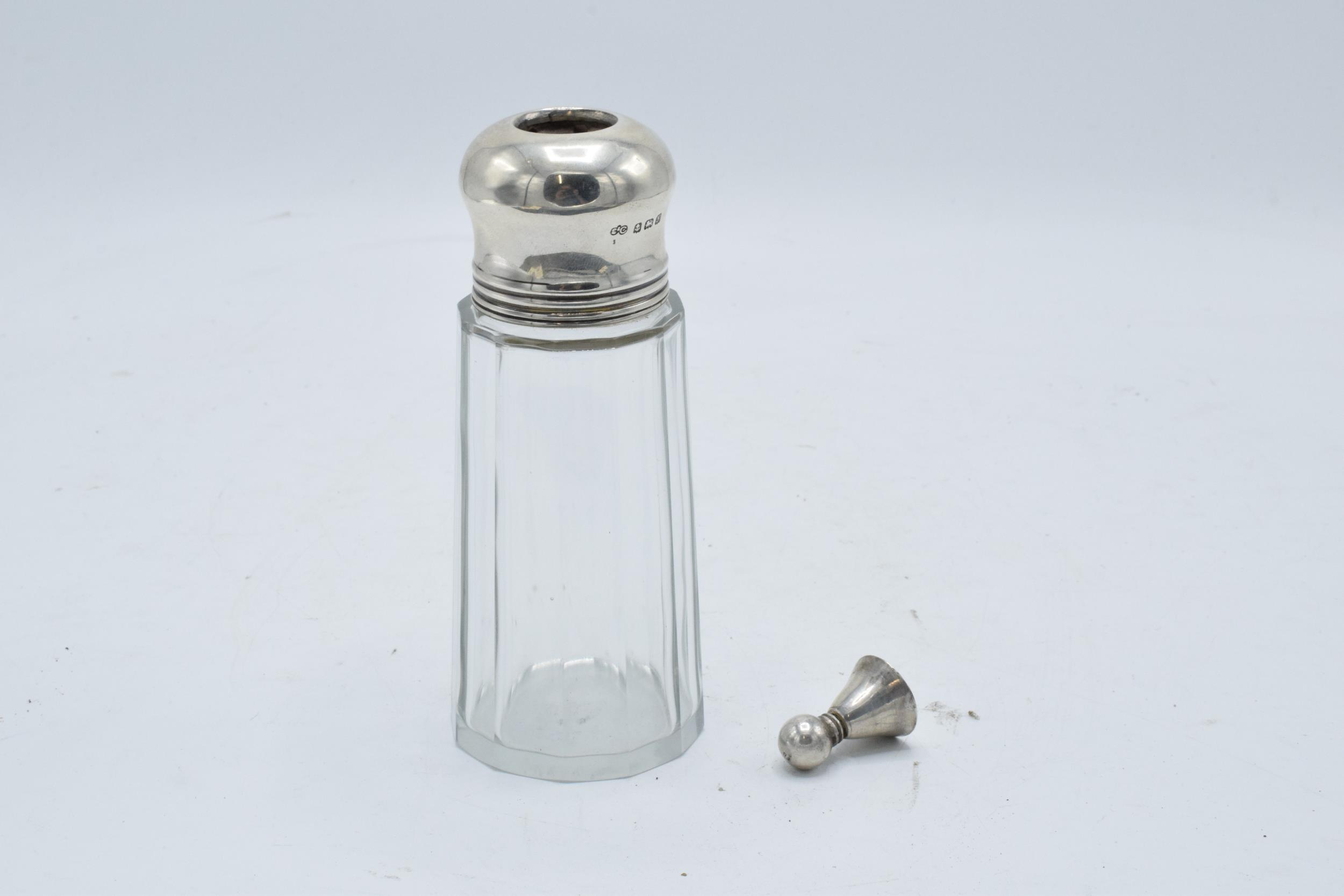 A glass and silver topped sugar sifter. Birmingham 1923. In good condition. - Image 5 of 5