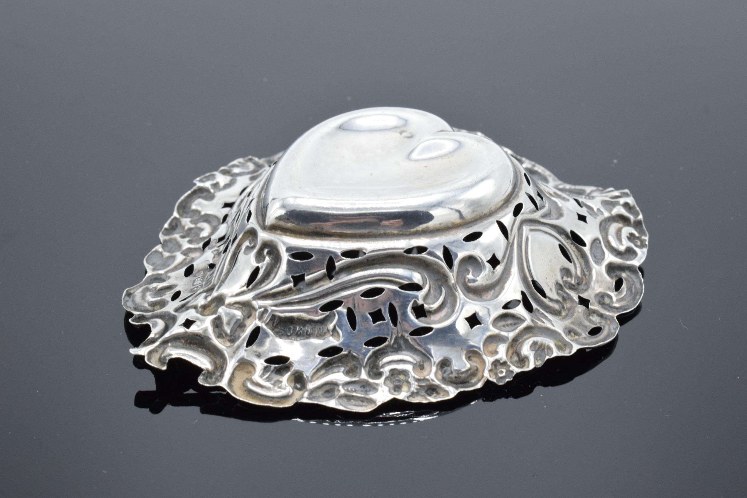 An ornate silver sweet dish/ small tray Birmingham 1900. 9cm by 7cm. 11.9 grams. - Image 5 of 6