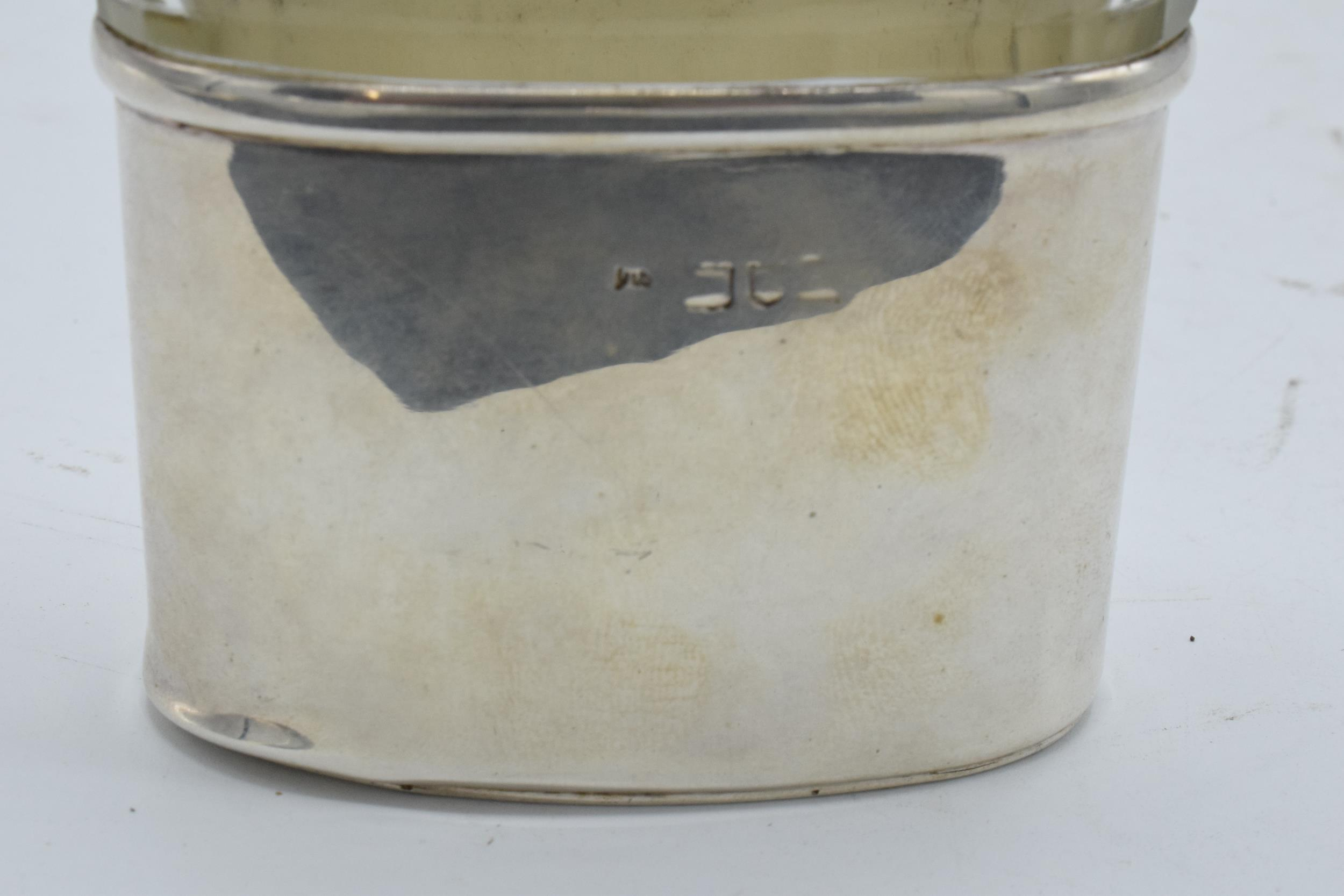 An Edwardian silver and glass hipflask with screw top lid. Hallmarked for London 1902. Hallmarks - Image 4 of 5