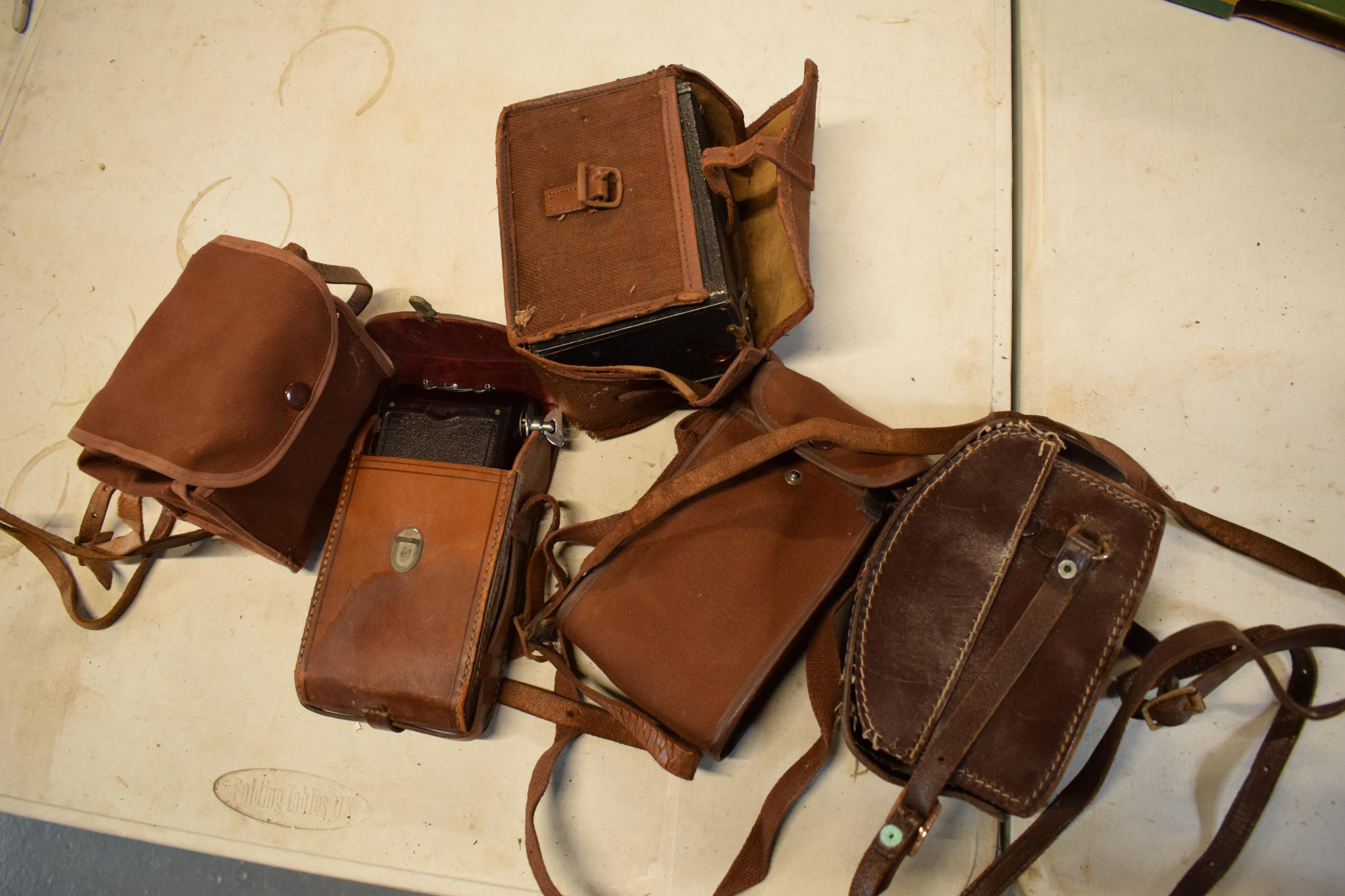 A collection of vintage cameras in carry cases to include a Brownie Six-20 Model F, Kodak Brownie - Image 8 of 8