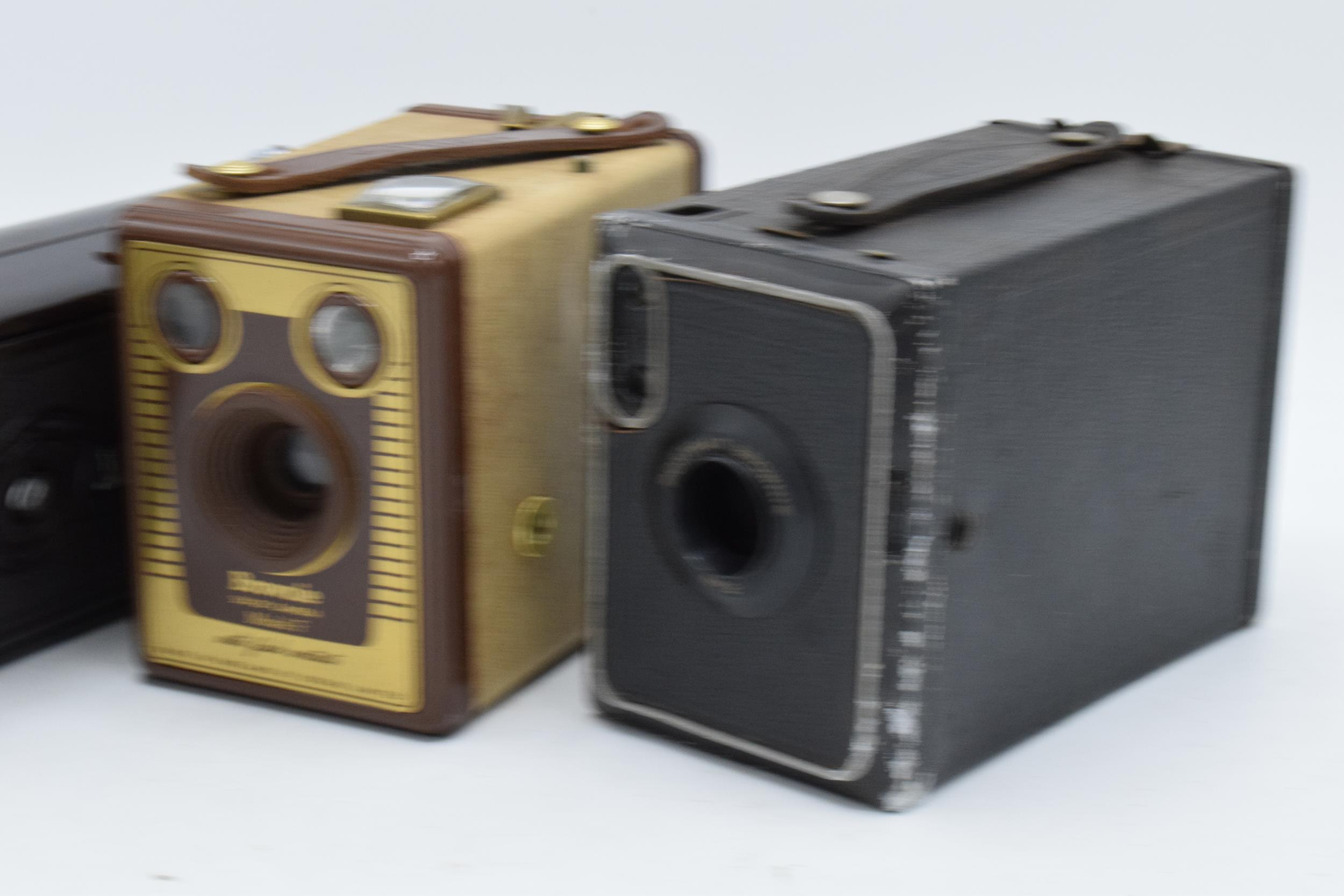 A collection of vintage cameras in carry cases to include a Brownie Six-20 Model F, Kodak Brownie - Image 5 of 8