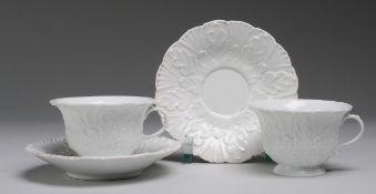 Paar Tassen mit UT und Reliefdekor