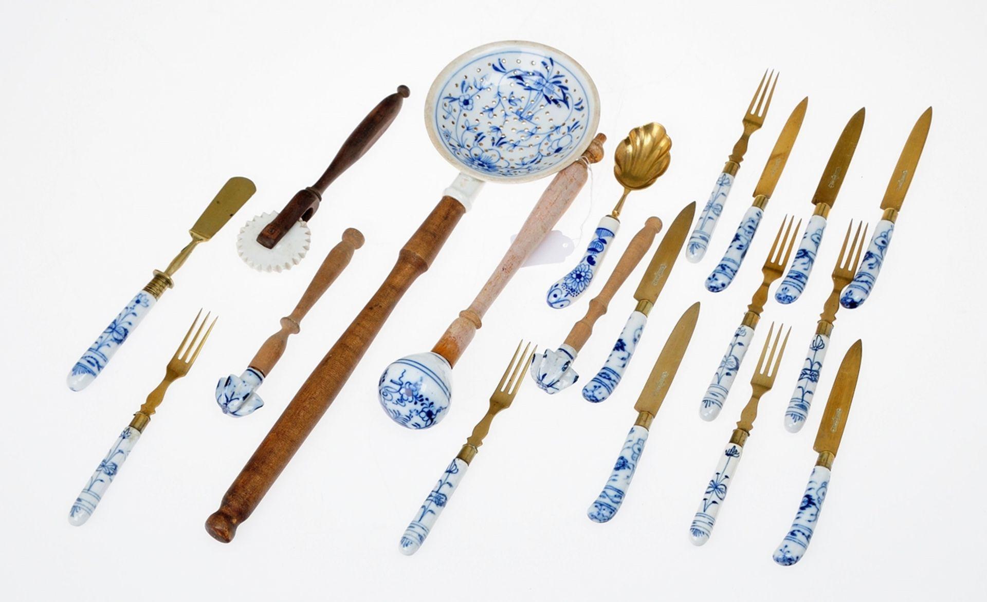 Konvolut Besteckteile und Küchenzubehör mit Zwiebelmusterdekor