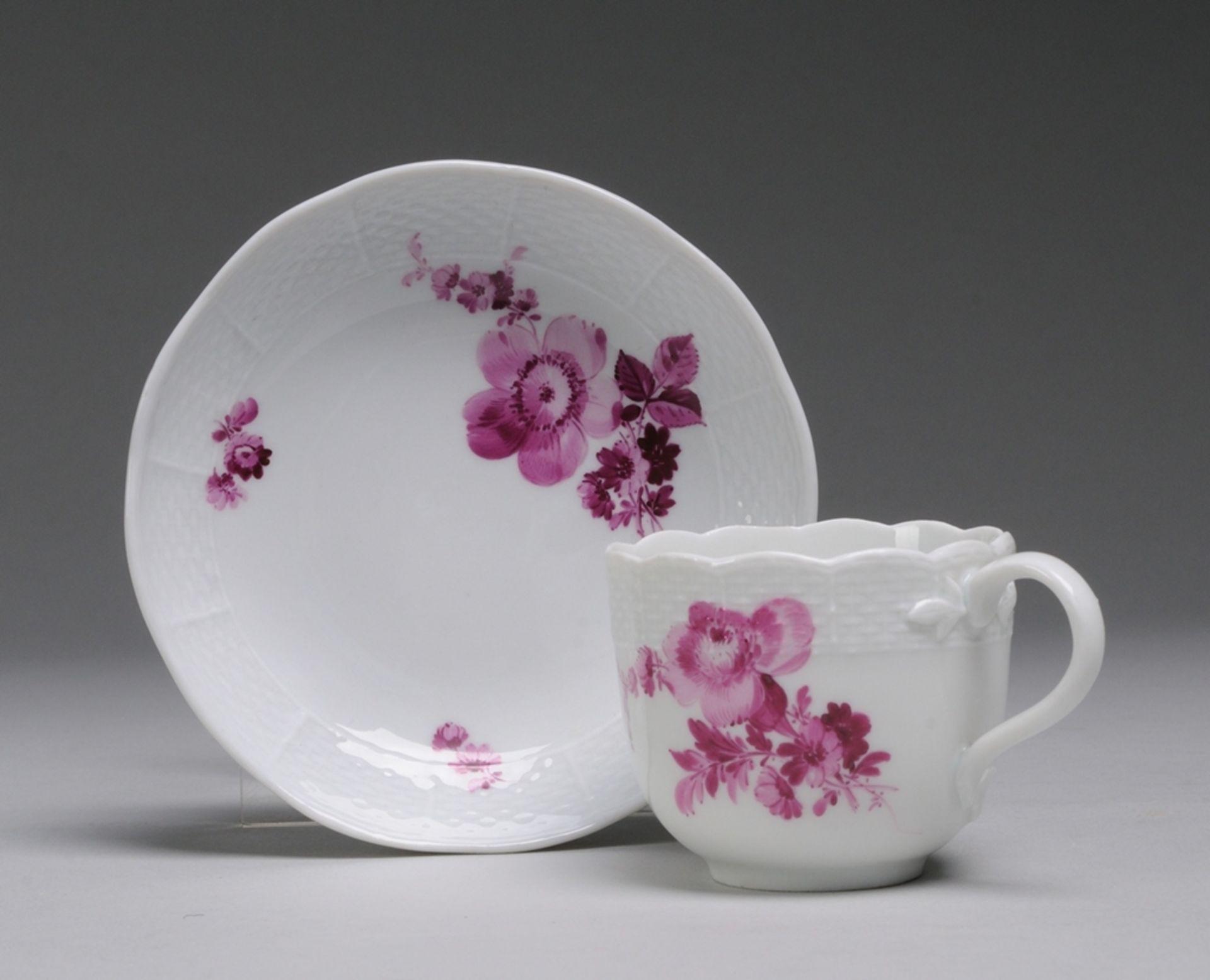 Tasse mit UT und floraler Camaieumalerei