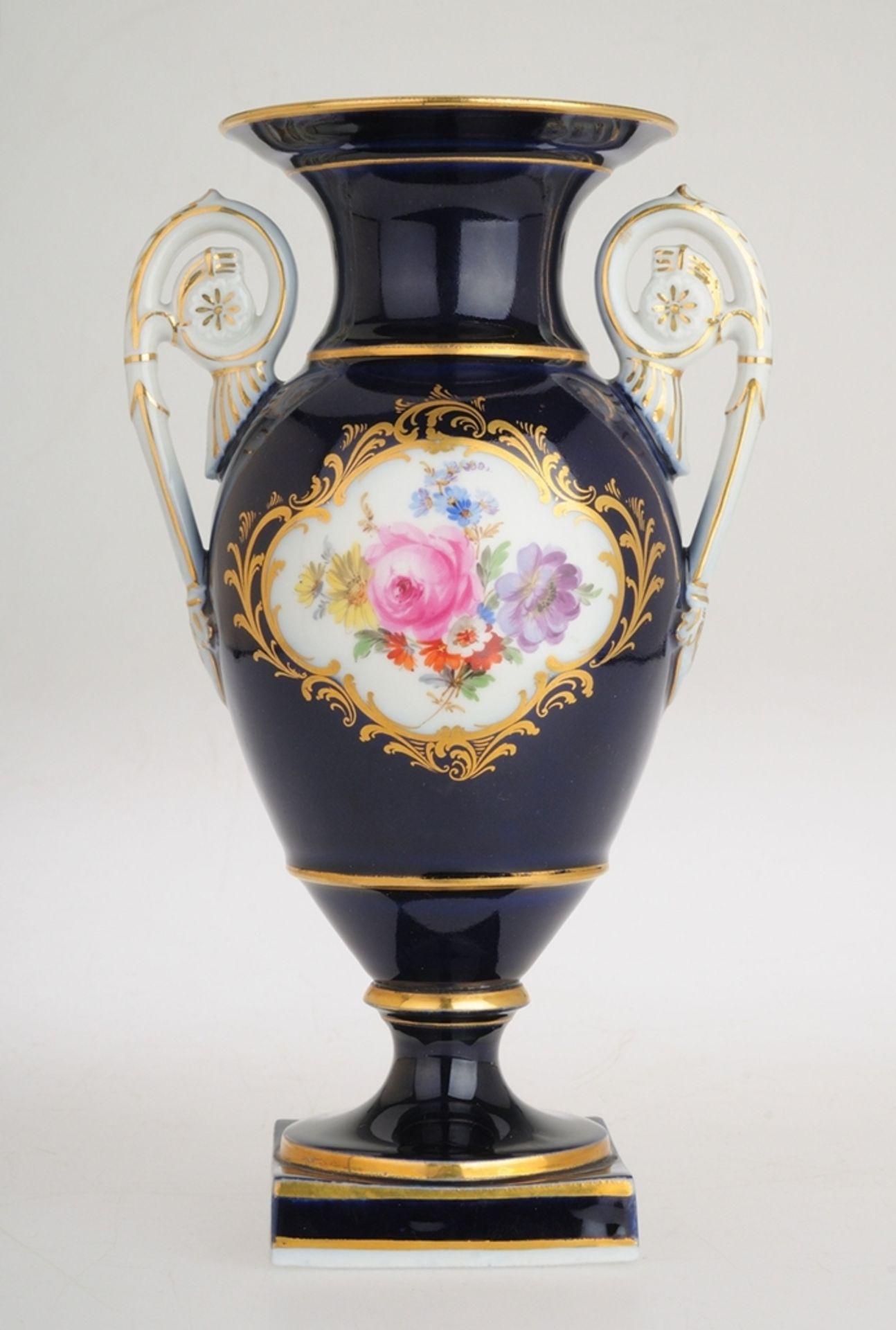 Amphorenvase mit Kobaltfond und Blumenmalerei