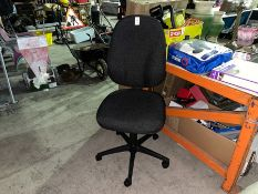 LARGE CLEAN OFFICE/COMPUTER CHAIR (EX-DISPLAY)