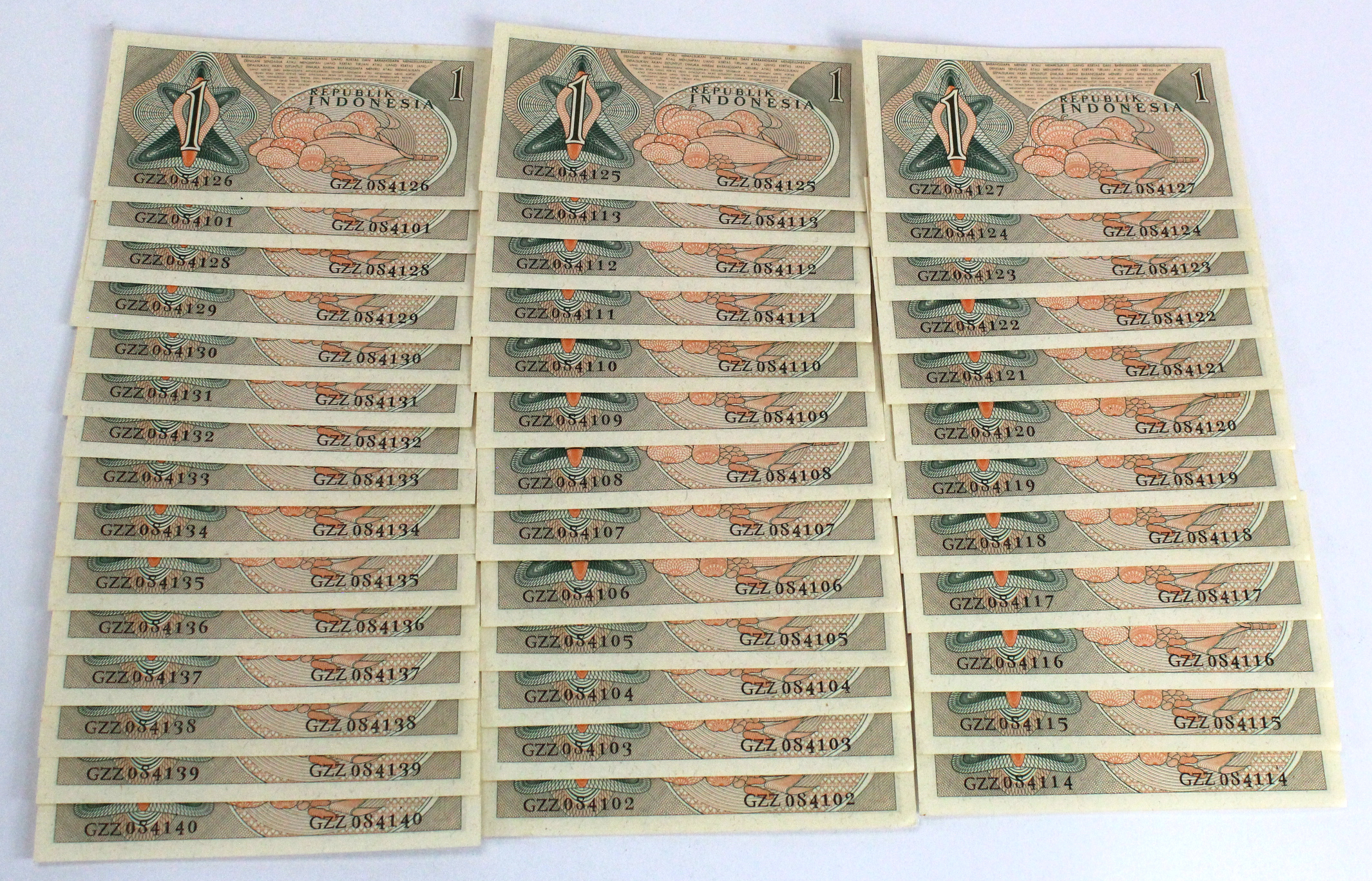 Indonesia 1 Rupiah (40) dated 1961, a consecutively numbered run of 40 notes, serial GZZ 084101 -