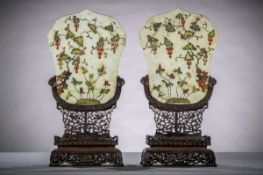 A pair of Chinese table screens with inlaywork on wooden pedestals (44x20x10 cm) (*)