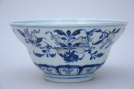 A Chinese bowl in underglaze red and blue porcelain 'fruits', Qianlong mark (10x20 cm) (*)