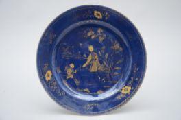 A dish in Chinese 'bleu poudré' porcelain, 18th century (dia 32 cm)