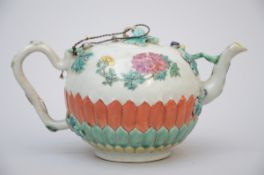 Teapot in Chinese porcelain with relief decoration, 18th century (h 10 cm) (*)