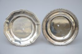 Lot: two silver dishes (dia 27 cm)