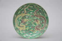Saucer in Chinese susancai porcelain 'dragons' (dia 24 cm)