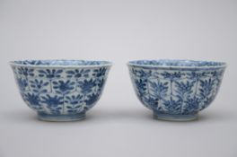 A pair of Chinese blue and white porcelain bowls 'ladies', Kangxi period (6x11 cm)