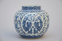 A Chinese vase in blue and white porcelain 'stylised dragons' (h 12 cm)