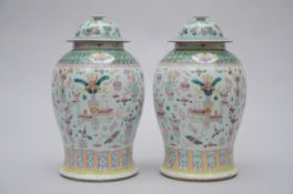A pair of lidded vases in Chinese porcelain 'antiquities' (*)