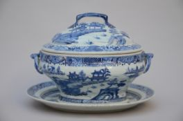 A tureen and platter in Chinese blue and white porcelain, 18th century (25x35x28cm) (*)