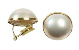 a pair of ear clips, yellow gold 750/000, mabe pearls, diameter = c. 18.0 mm