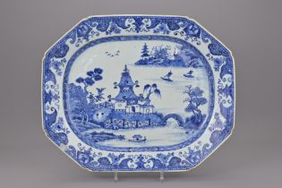 A LARGE 18TH CENTURY CHINESE BLUE AND WHITE PORCELAIN PLATTER