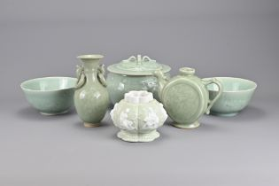 A Group of Six Chinese Vintage Porcelain Items