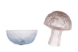 AN EARLY 20TH CENTURY FRENCH FROSTED GLASS BOUQUET OF FLOWERS AND BOWL