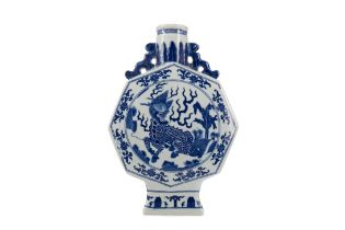 A 20TH CENTURY CHINESE BLUE AND WHITE MOON FLASK VASE