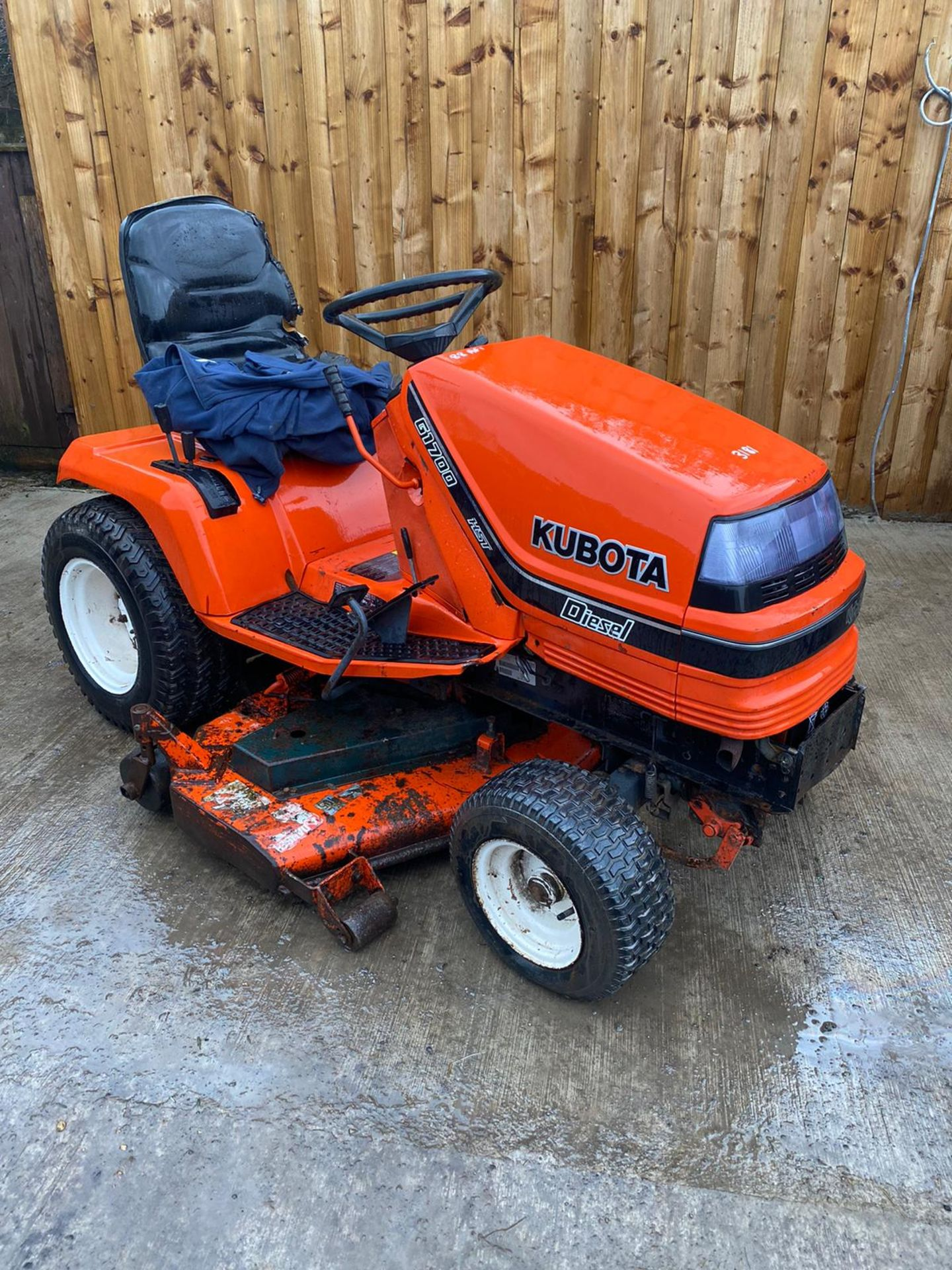 KUBOTA G1700 DIESEL RIDE ON MOWER, STARTS FIRST TIME, RUNS DRIVES AND CUTS VERY WELL *PLUS VAT* - Image 2 of 3