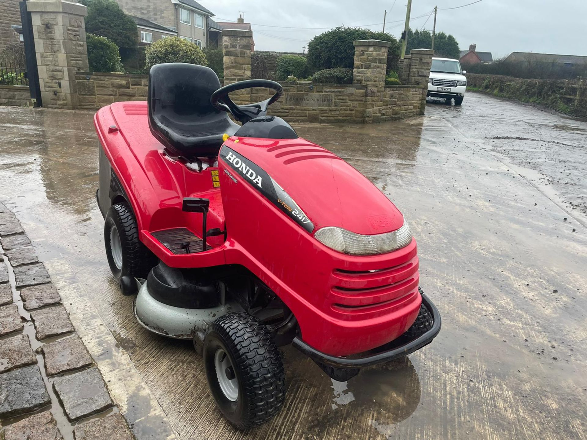 HONDA 2417 V TWIN RIDE ON MOWER, RUNS, DRIVES AND CUTS, ELECTRIC COLLECTOR, CLEAN MACHINE *NO VAT* - Image 5 of 5