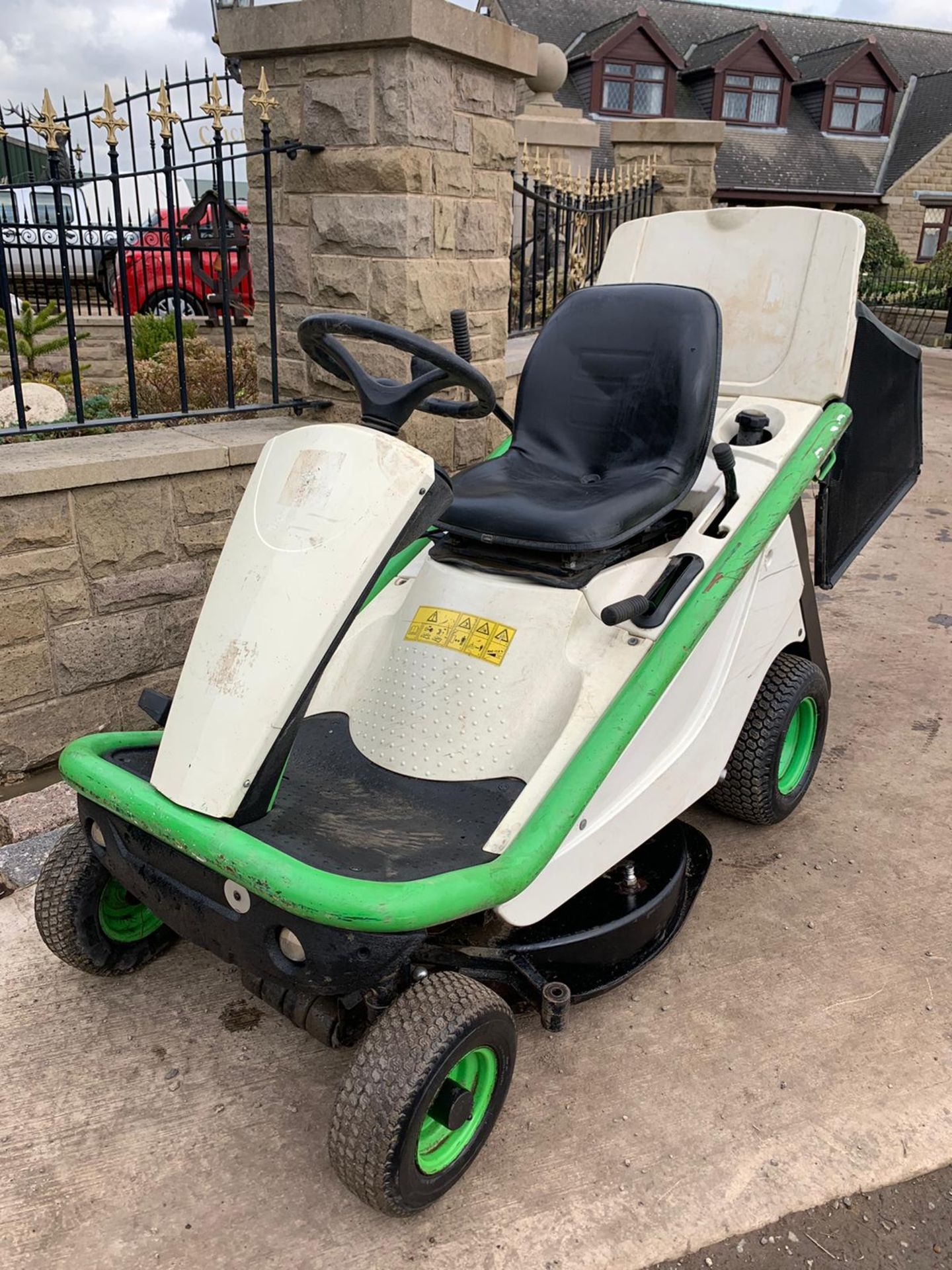 2015 ETESIA HYDRO 80 RIDE ON LAWN MOWER, RUNS, DRIVES AND CUTS *PLUS VAT* - Image 3 of 5
