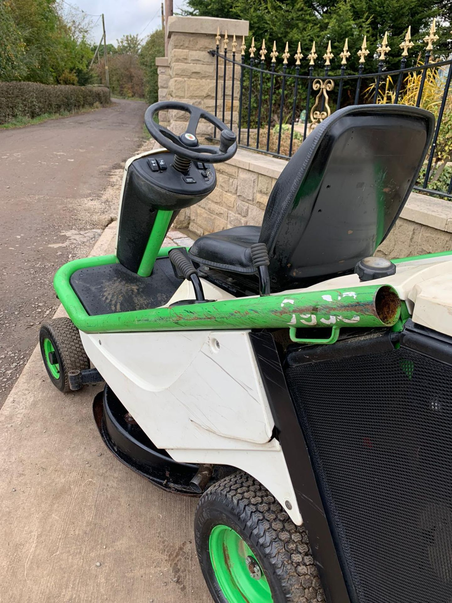 2015 ETESIA HYDRO 80 RIDE ON LAWN MOWER, RUNS, DRIVES AND CUTS *PLUS VAT* - Image 4 of 5
